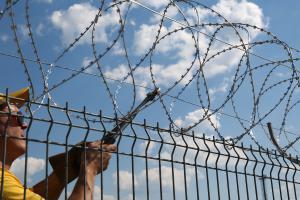 Установка спирального барьера Гюрза на забор